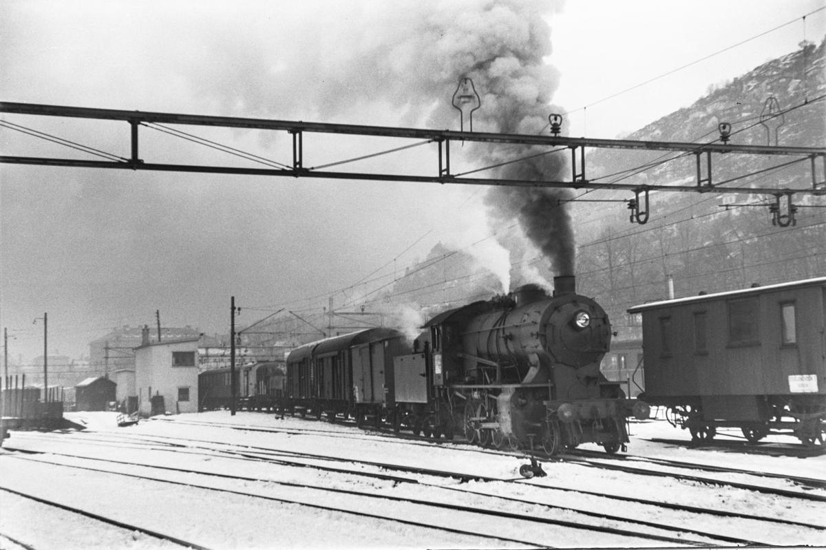 Damplokomotiv type 33a nr. 300 med kipptog på Bergen stasjon.