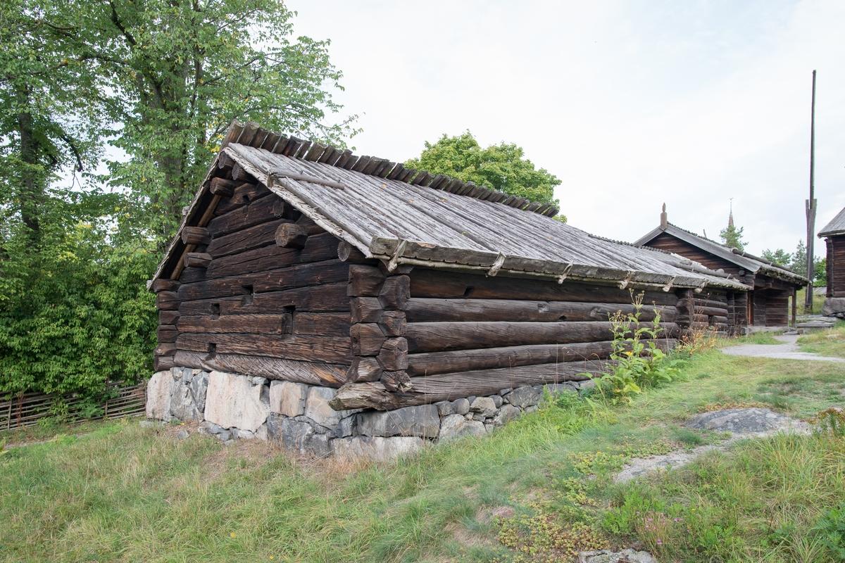 Fähuset (fäkset, fakset) på Älvrosgården är timrad i en våning. Fähuset har sadeltak; ett nävertak med takved av bräder som på ena takfallet skjuter över nock. Takveden hålls på plats i ytterkant av av en krok i trä.  Fähuset flyttades till Skansen 1915 från Målängsbodarna i Älvros socken, Härjedalen.