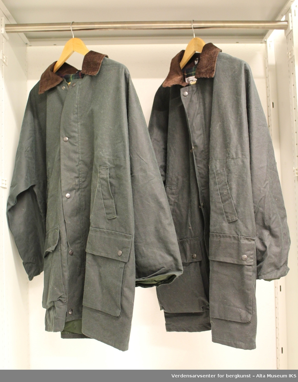 To jakker laget i oilskin, en damemodell og en herremodell. Innvendig foring er rutet, og jakkene har kraver i ribbestoff.