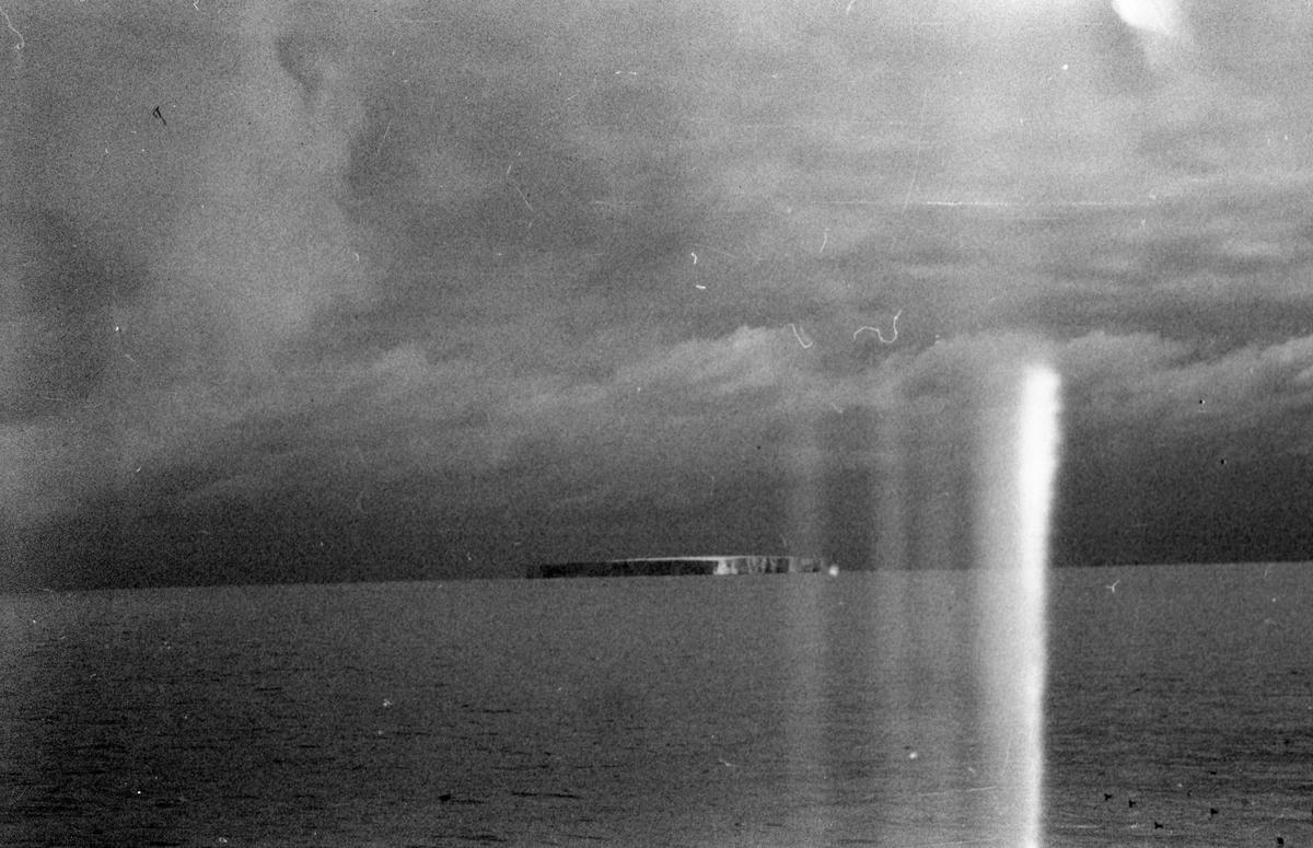 Isfjell i horisonten. Suderøy på fangstfeltet.