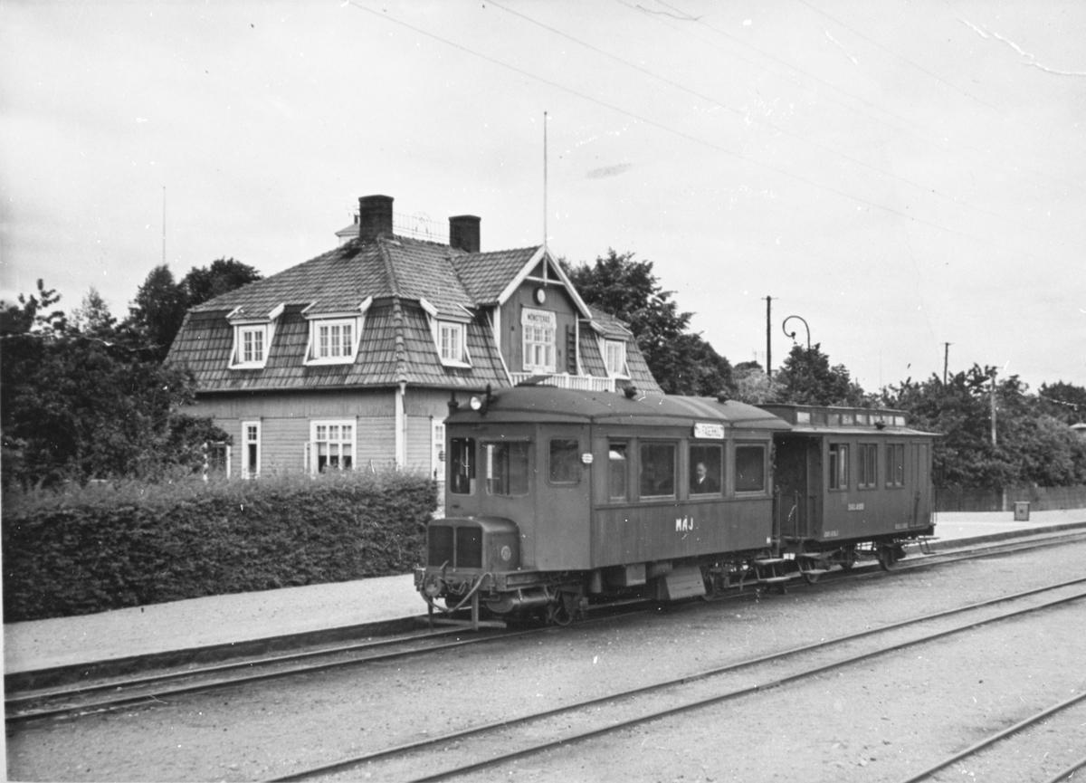 MÅJ 10 Motorvagn CF Personvagn 3 Klass. Vid Mönsterås Station.