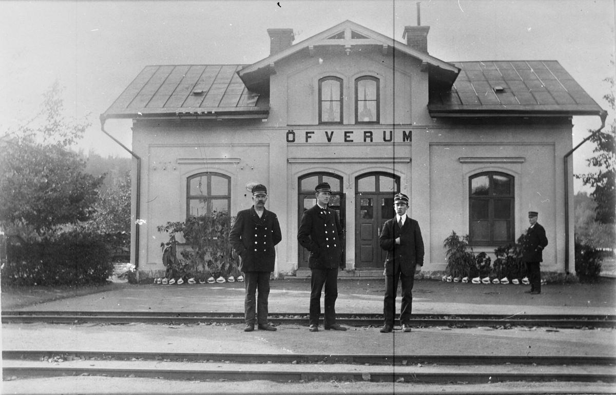 Station anlagd 1879. En- och en  halv vånings putsat stationshus. Västervik - Åtvidaberg - Bersbo Järnvägs personal.