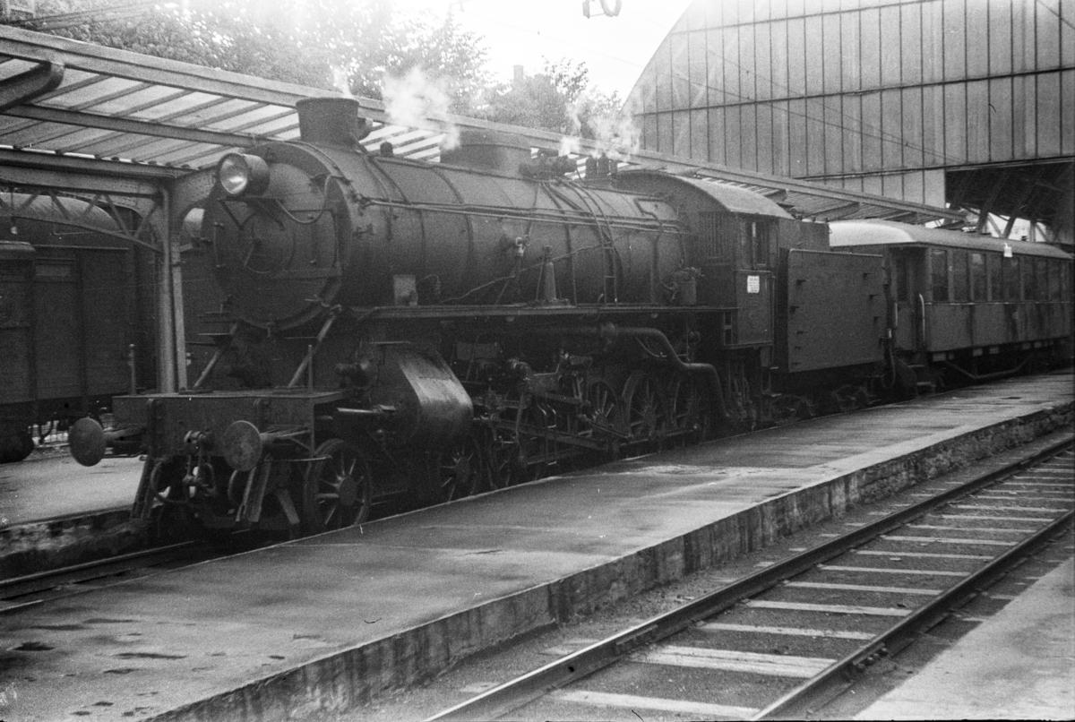 Damplokomotiv type 31a nr. 285 med lokaltog til Nesttun på Bergen stasjon.