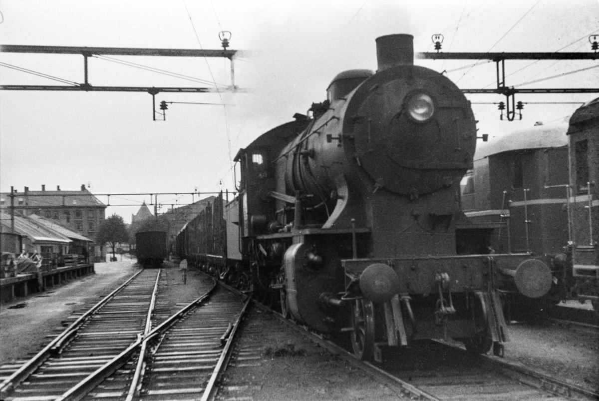 Damplokomotiv type 33a nr. 300 foran godstog til Oslo, tog 5506, på Bergen stasjon. .