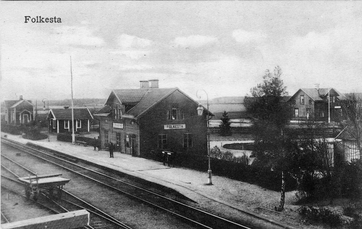 Järnvägsstation i Folkesta. Stationshuset anlades 1876 Nytt stationshus byggdes 1924 Eldrift kom på denna bandel 1954 Vid järnvägsspåret mellan Valskog-Rekarne-Eskilstuna-Skogstorp-Flen