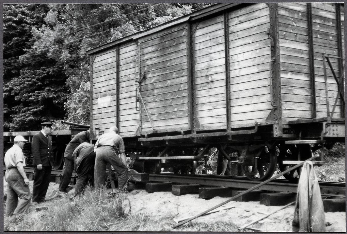 Godsvagn urspårad vid transport till skrotning.
