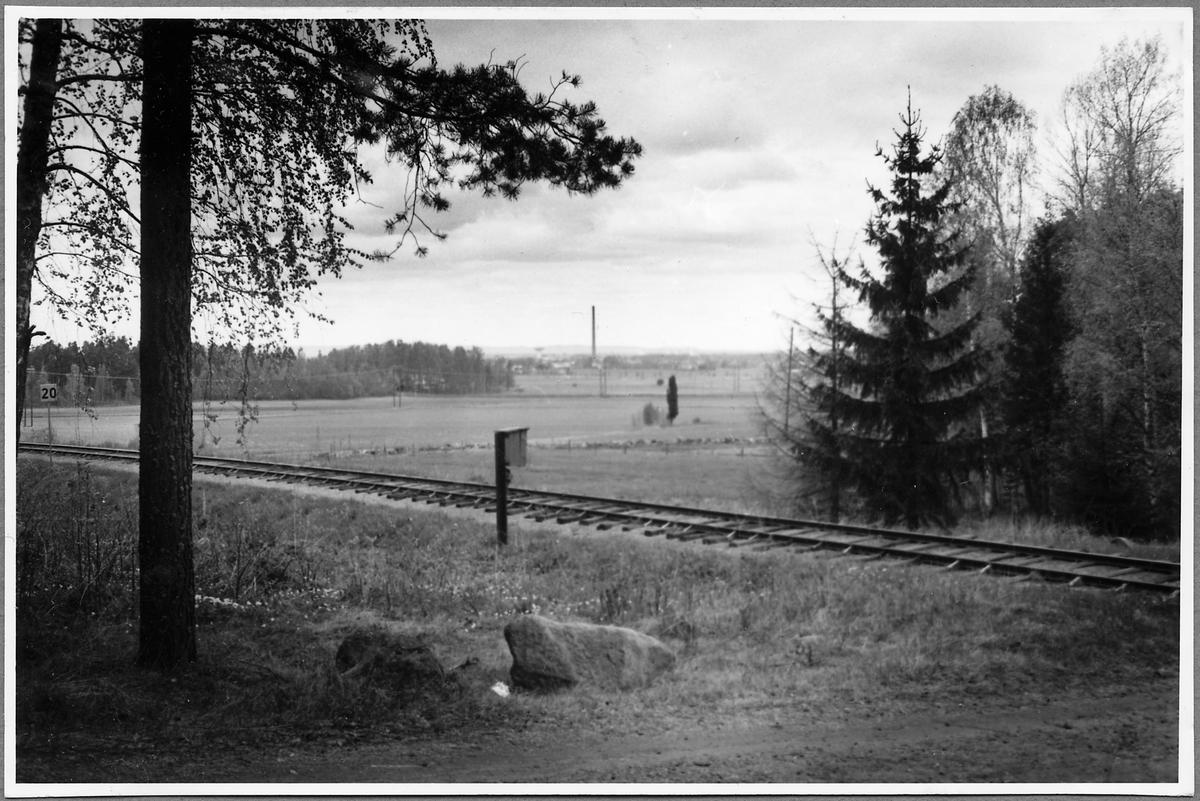 På linjen mellan Örebro S och Mark vid kilometerstolpe 20.