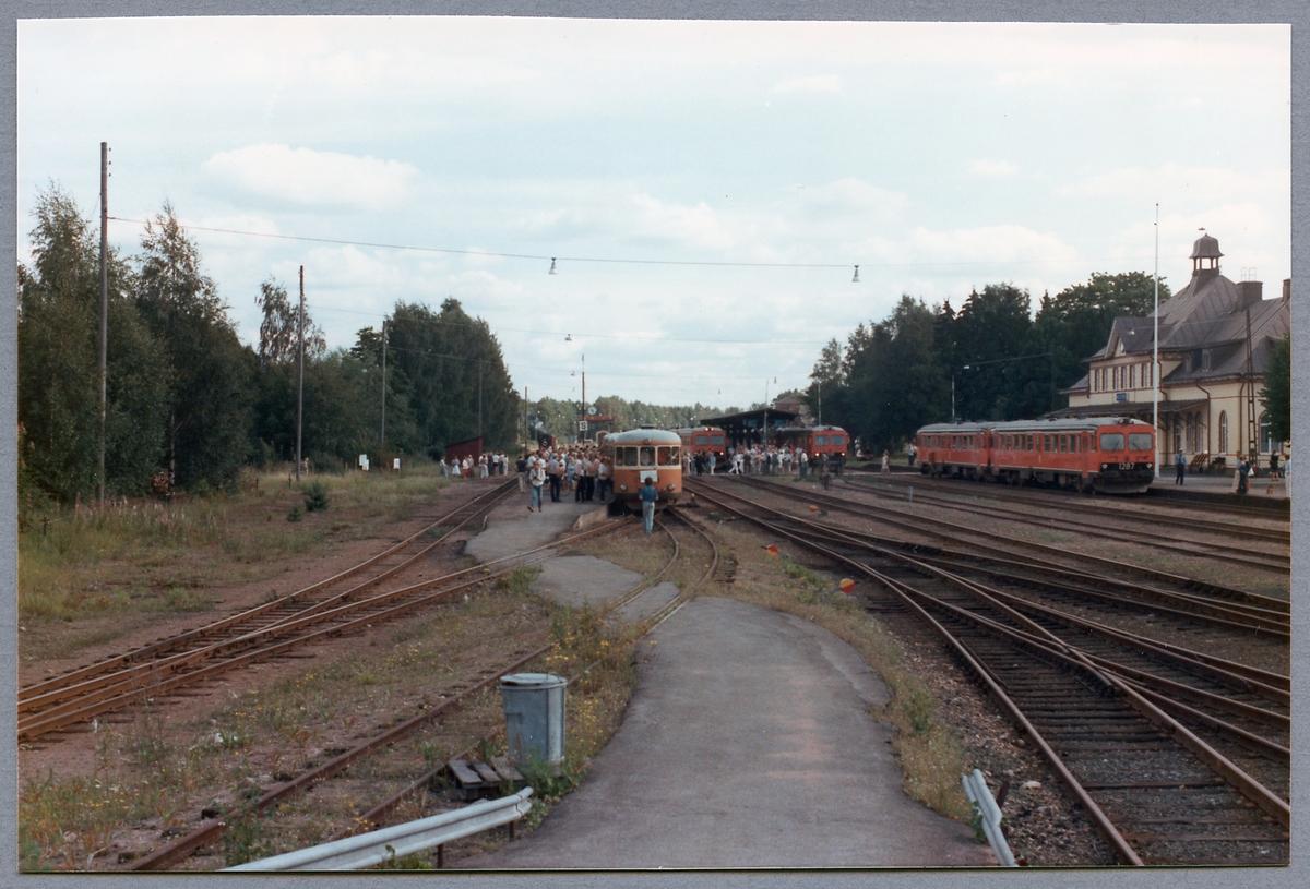 Rälsbussar i tågmöte i Hultsfred. På normalspåret står Statens Järnvägar, SJ Y1 1287 och SJ Y1 1316.