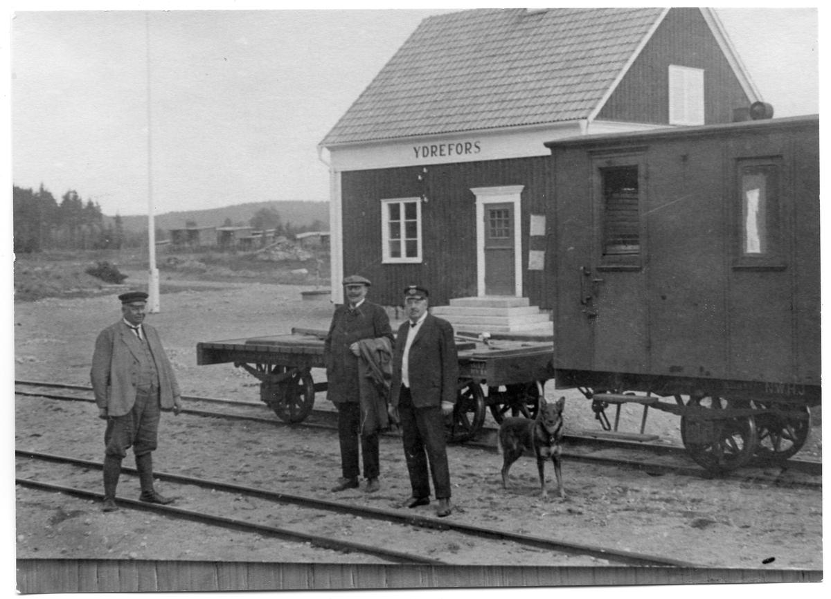Ydrefors station med baningenjör Hj. Malmstedt samt stinsen från Vimmerby i uniform och byggnadschefen Jehander.