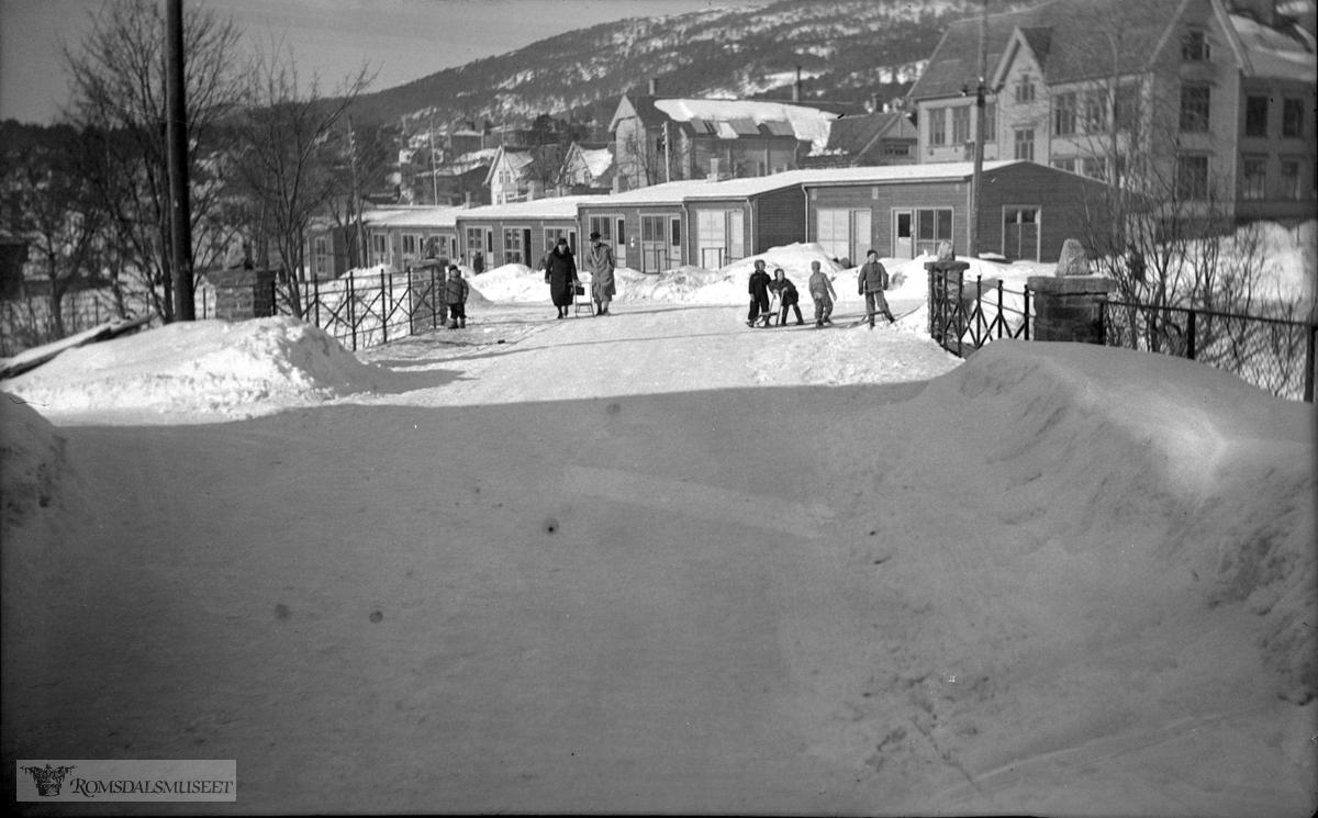 Molde folkeskole øvre vei 23. Elvebakken skole bygd i 1904 ses i bakgrunnen.