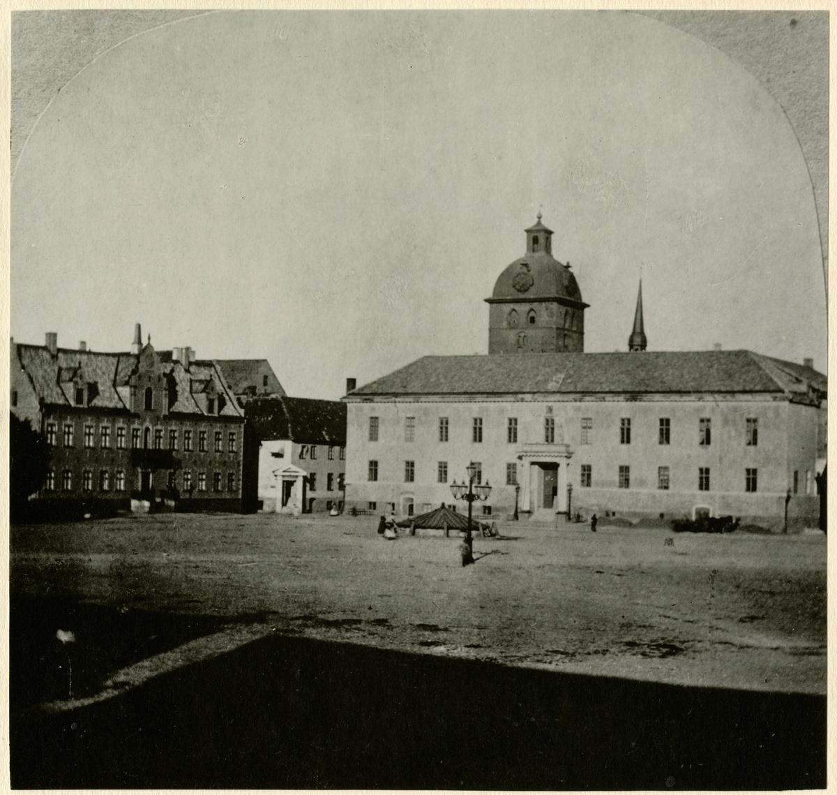 En del av stortorget på 1860-talet i Malmö. Foto kommer förmodligen från Hovfotograf Alfred B. Nilsons fotosatelje.  Alfred B. Nilsons föddes 1866-06-11.