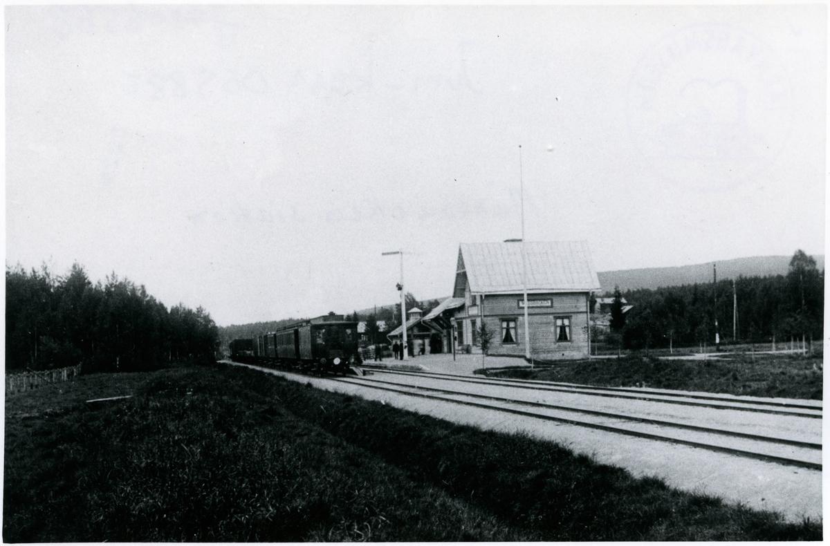 Trafikplats anlagd 1898 och öppnad 15 januari 1900. Stationshus i trä, restaurerat 1949.