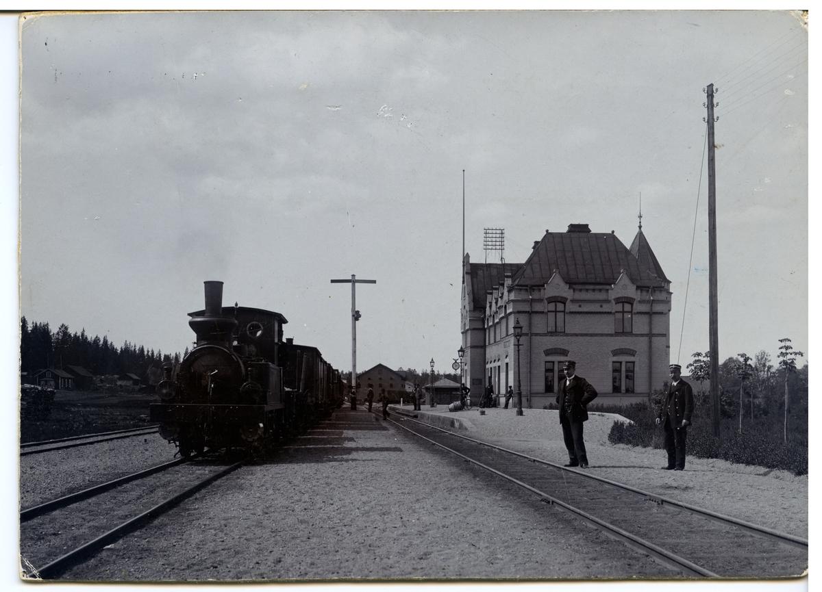 Uttersberg station år 1906 Tåg mot  Köping med lok nr2.  Postiljon och konduktör äro bröderna Thorgren.KUJ lok 2.
