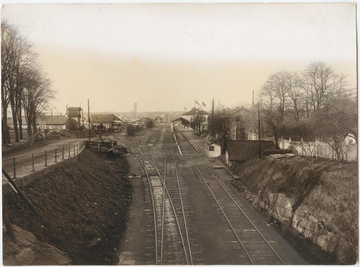 Vänersborgs station sedd från Edsgatans bro, över östra infarten till stationen.