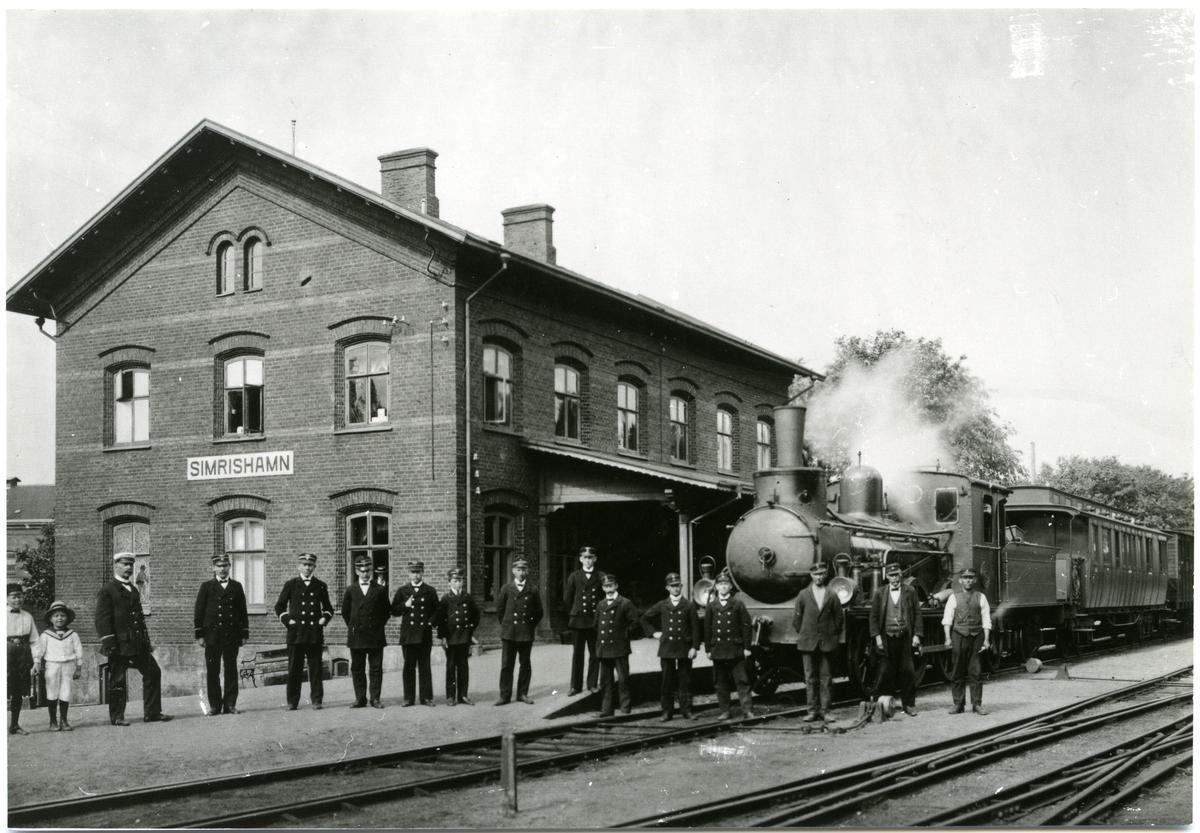 Simrishamn station med personal. MSJ lok 15.