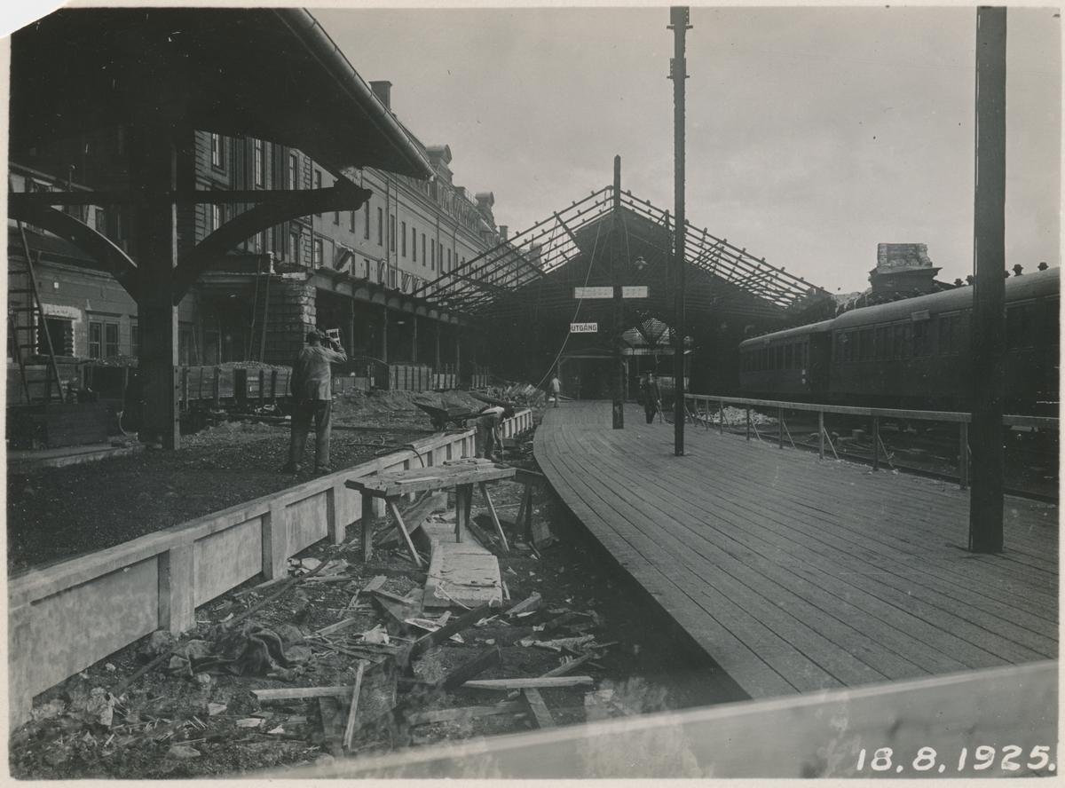 Gamla banhallen under rivning 1925.