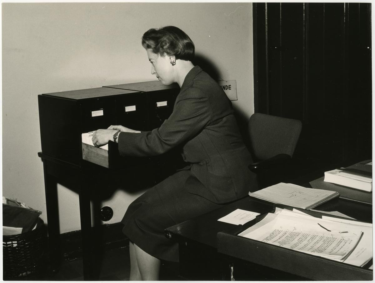 Bokhållare Ulla Rydin, Generaldirektörens sekreterare på Expedition December 1955. Samt Karin Zetterlund. SJ Nytt 1/56.