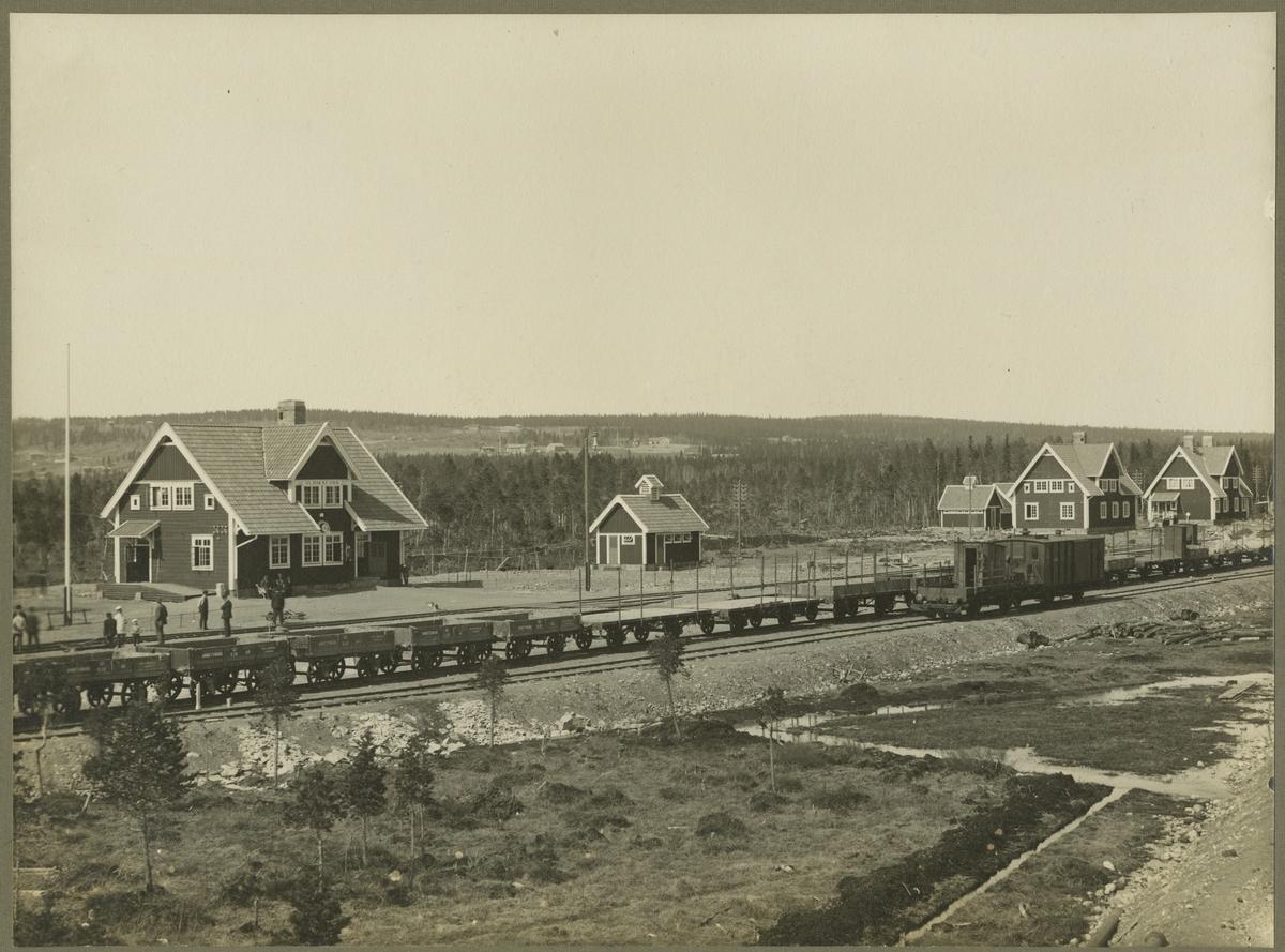 Ulriksfors station. På spåret arbetsvagnar SJB 38, SJB 112, SJB 145, SJB 14, SJB 33.