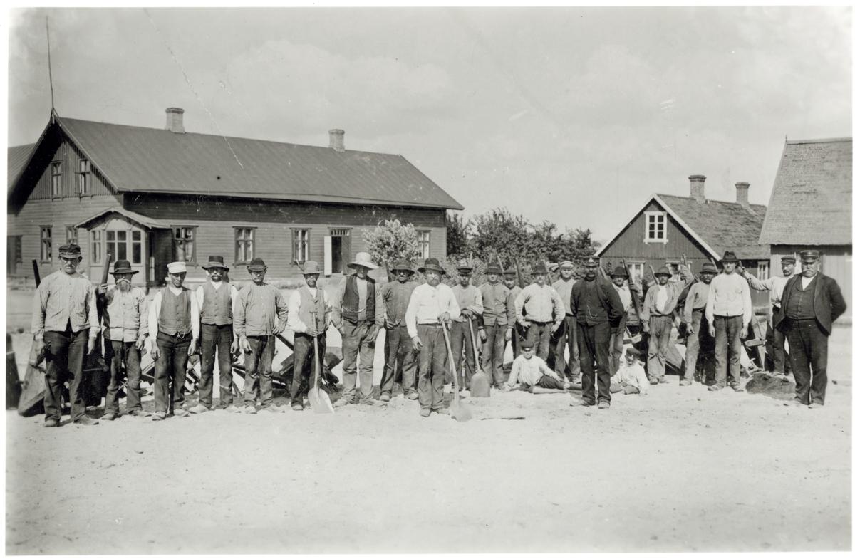 Skåne - Hallands Järnväg, SHJ. Banvakt A. Johansson. Veinge, samt rallare vid Markarydbanan. Polis Karlberg från Halmstad var placerad i Veinge under tiden för arbetet.