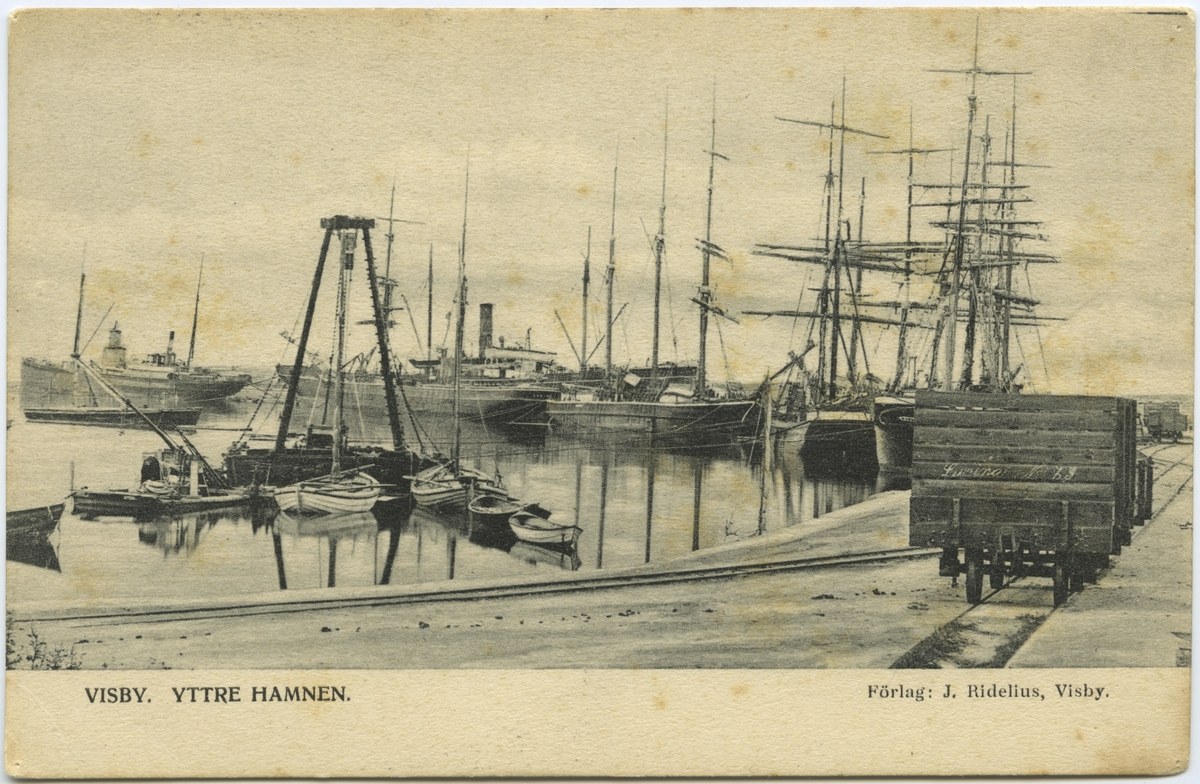 Visby hamn station öppnades i början av 1900-talet. Godsvagnarna står vid hamnstationens plattform och väntar på lastningen.