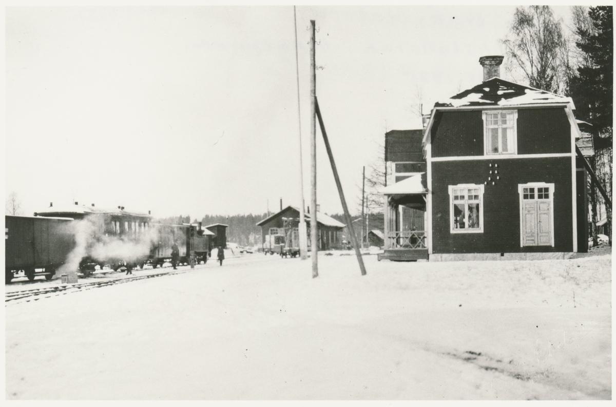 Voxna Bruk. Voxna - Lobonäs, WLJ. Stationen samt lokstallarna i bakgrunden.