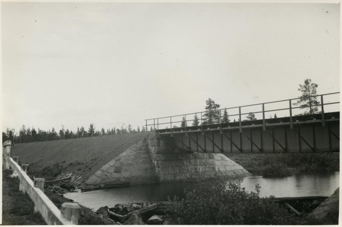 Järnvägsbro över Svärdälven. Järnvägen som går genom Jokkmokks område sträcker sig över många vattendrag, bäckar, åar och älvar. Broarna som byggdes över de anpassades till terrängen. De var framförallt funktionella men, deras utseende gick från väldigt enkla, grovhuggna till sublima, estetiskt utformade valvbroar.