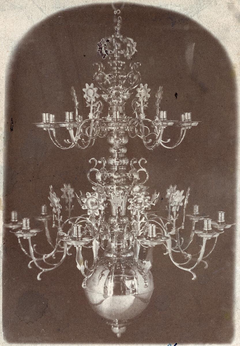 Bilden föreställer en upphängd ljuskrona.