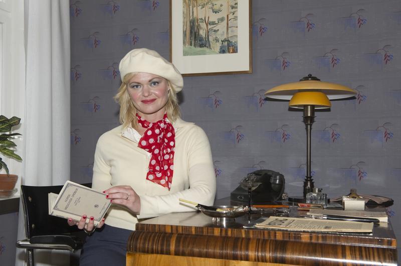 Evelyn Berg ved sitt skrivebord.