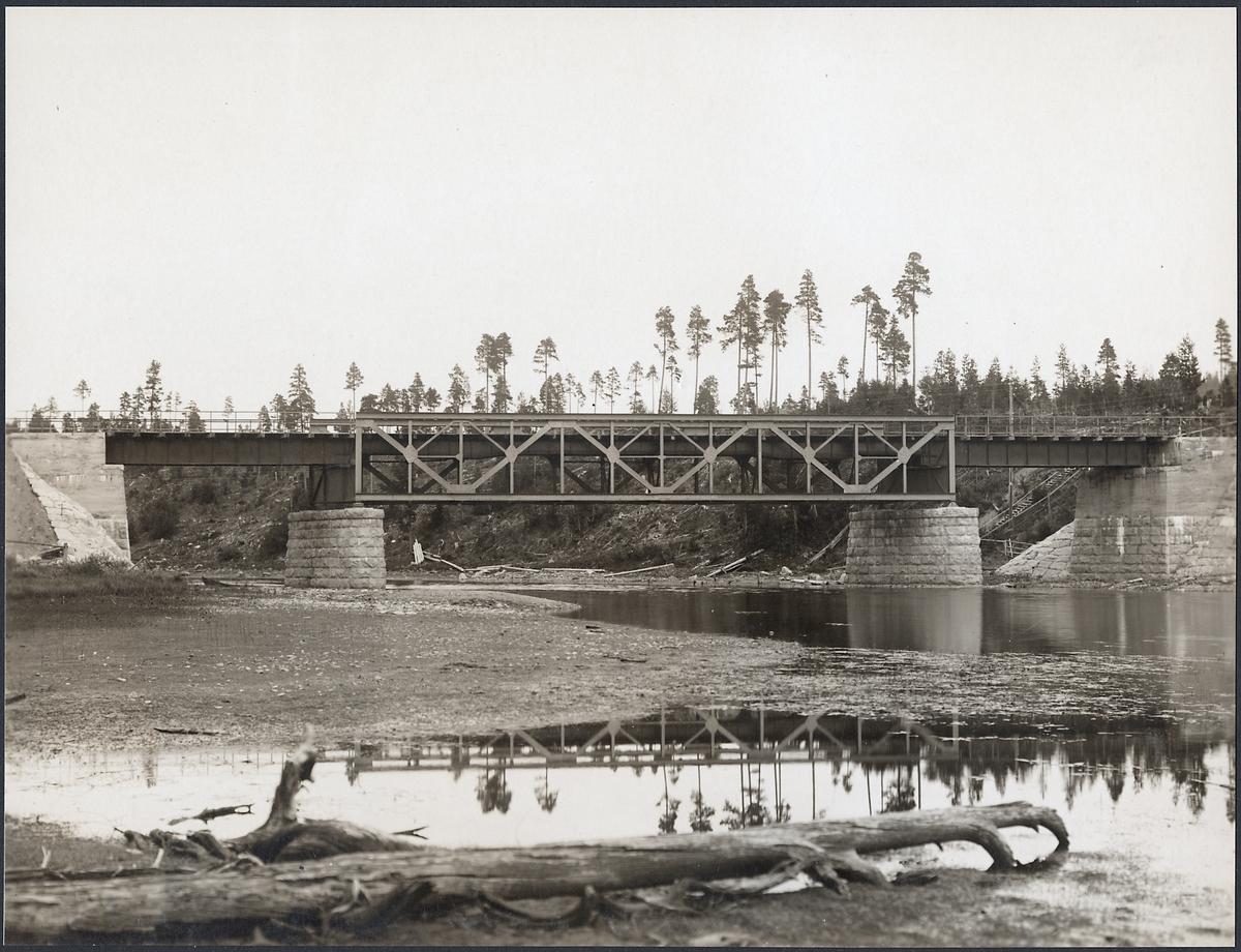 Järnvägsbro över Tåsjö älv (Tåsjöån) väster om Hoting på linjen mellan Ulriksfors och Hoting.