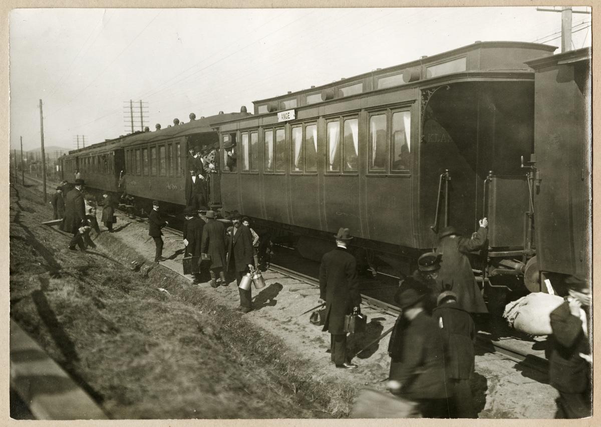 Efter raset av järnvägsbron vid Sidsjöbäcken i Sundsvall, fick resande som anlände till stationen under en period gå sträckan från stationen till andra sidan bron för att ta anslutande tåg.