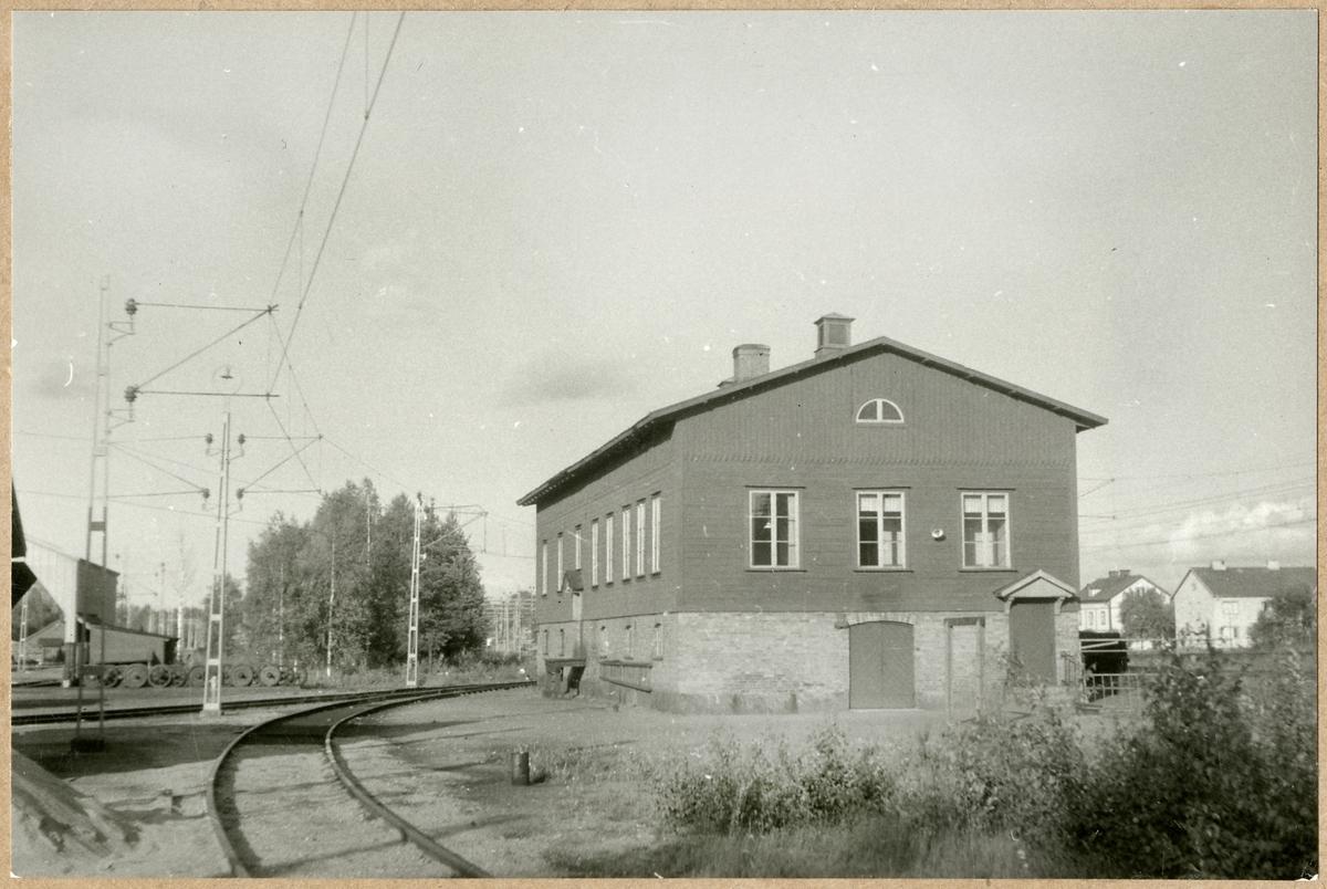 Byggnad vid bangården i Laxå.