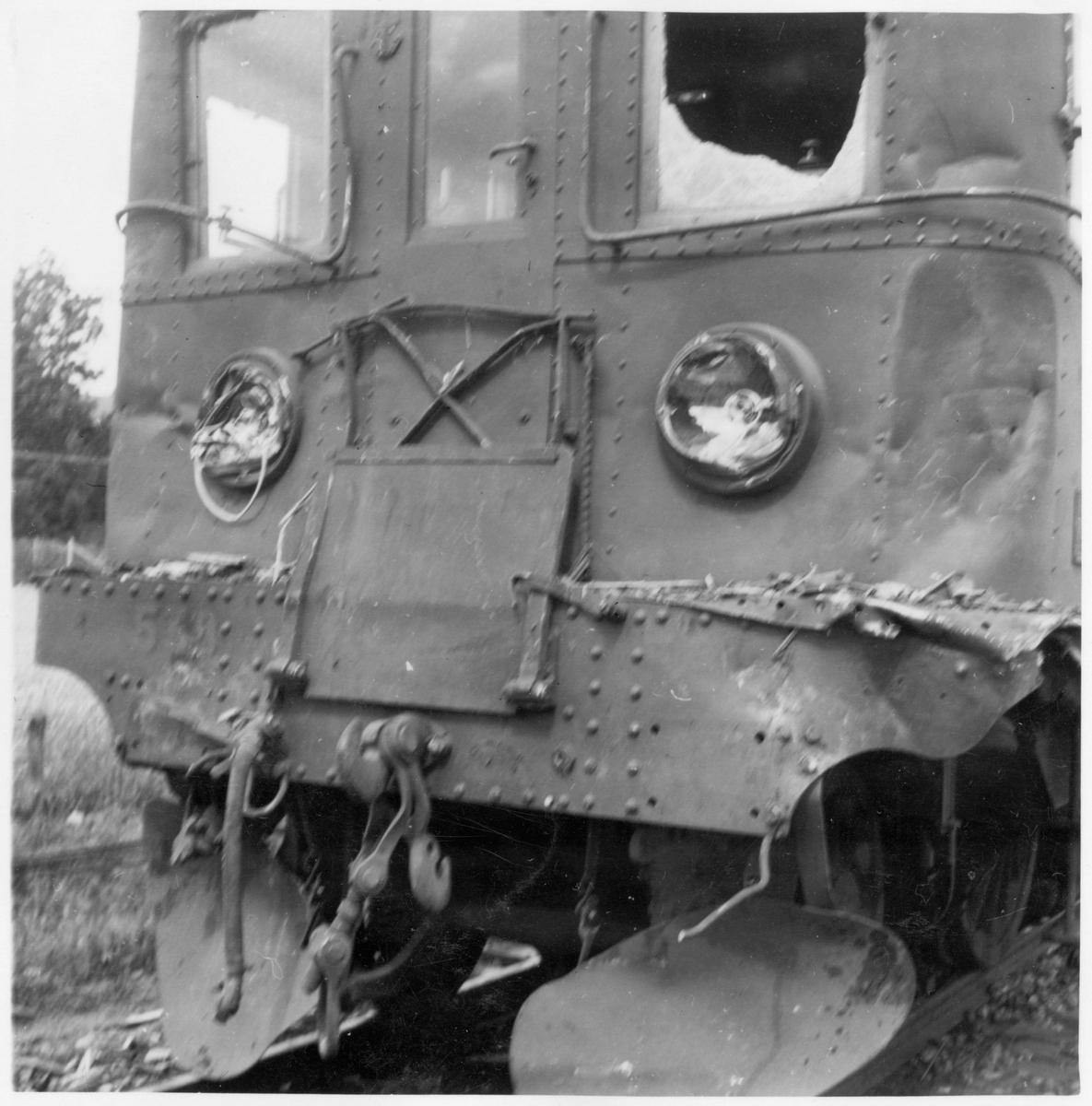 Statens Järnvägar, SJ D 538.  Ellok efter tågolycka med fokus på skador.