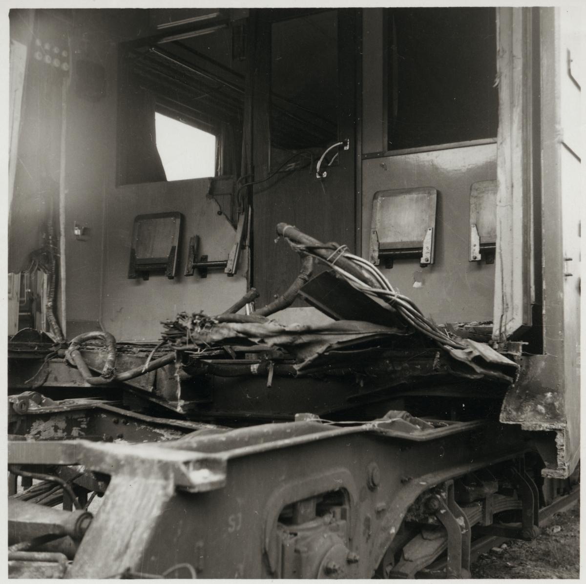 Skador på 3:e klassvagn efter olycka.