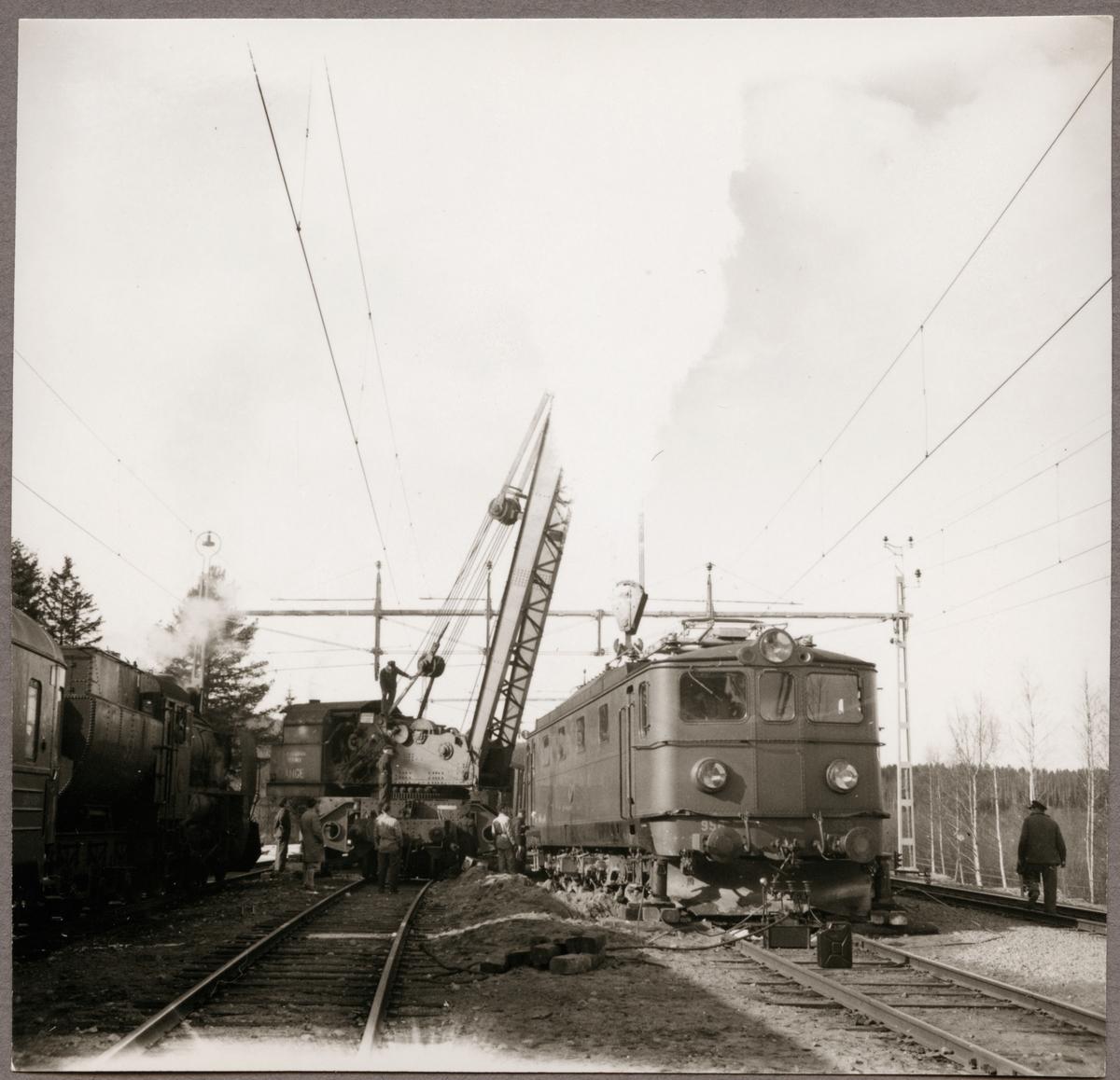"""Statens Järnvägar, SJ Ma 958 hjälps av ångkran SJ A2 """"Ånge"""" upp på spåret efter urspårning i Simeå mars 1961."""