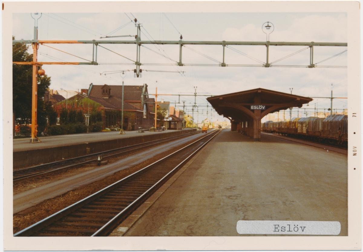 Eslöv station 1971. Statens Järnvägar, SJ. Stationen öppnades 1858.  Stationshuset byggdes 1863, byggdes till 1903 och 1913 och byggdes om 1913. Fick dubbelspår 1901.Banan elektrifierades 1933.