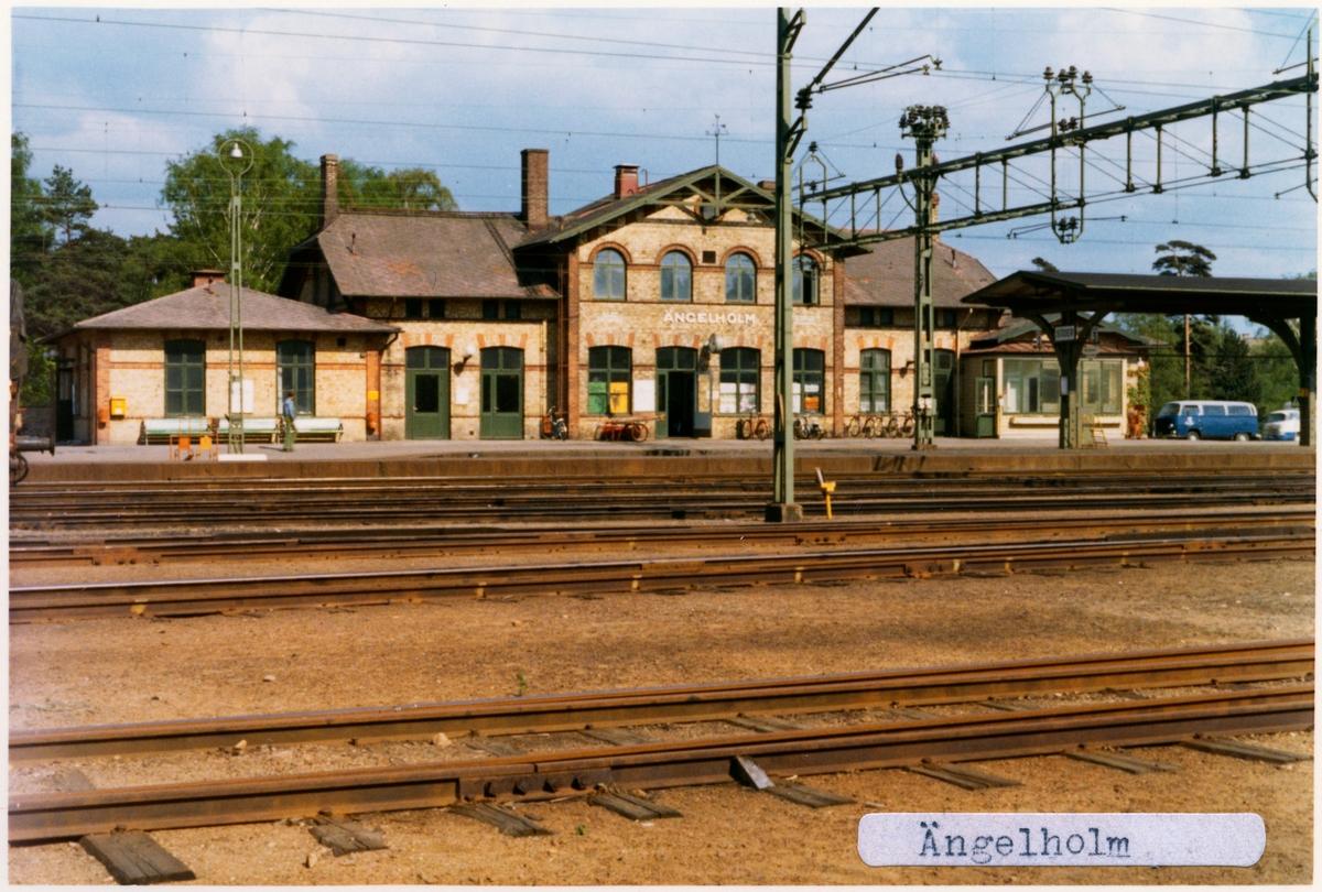 Nuvarande stationen invigdes år 1885 i samband med att Skåne-Hallands Järnväg. blev färdig. 1875 låg en äldre station cirka en kilometer söderut som tillhörde Landskrona-Ängelholms Järnväg. Stängdes 1886 när den nya stationen öppnades. Lokstallsbyggnaden och två rundstall, finns med verkstad kvar, och ingår numera i SJ-Skolan/Banskolan. Lokstallen uppfördes 1898 och tillbyggdes 1917.