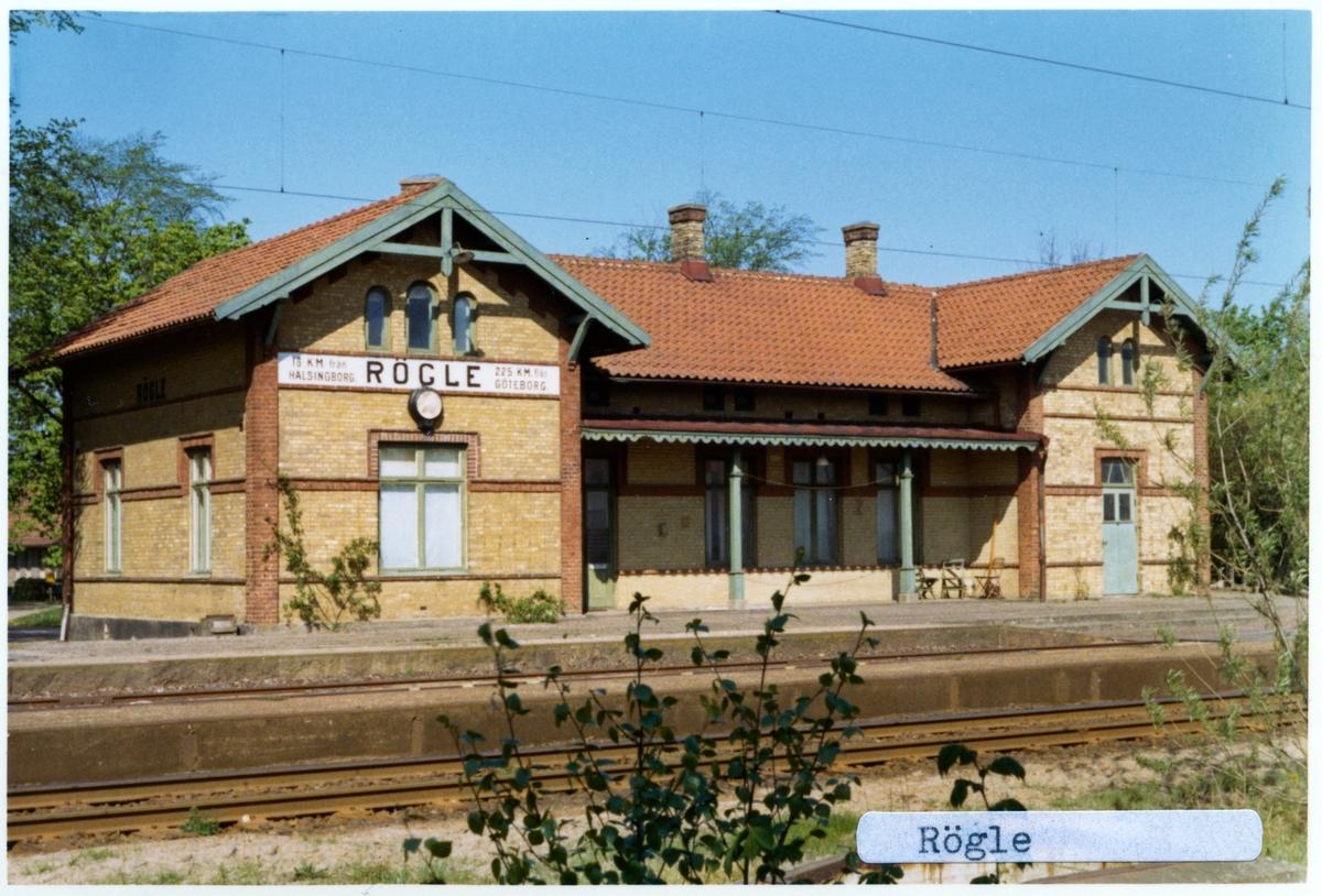 Stationen öppnades 1884. Envånings stationshus i tegel med två gavlar mot banan. Åren 1921-22 tillbyggdes norra flygeln. Elektriferingen kom 1937, Fanns tegelbruk i närheten.
