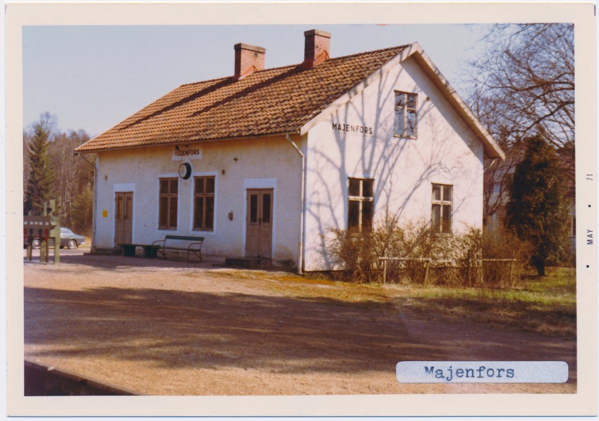 Vy vid Majenfors. Hållplats anlagd 1890. Envånings stationsbyggnad i trä