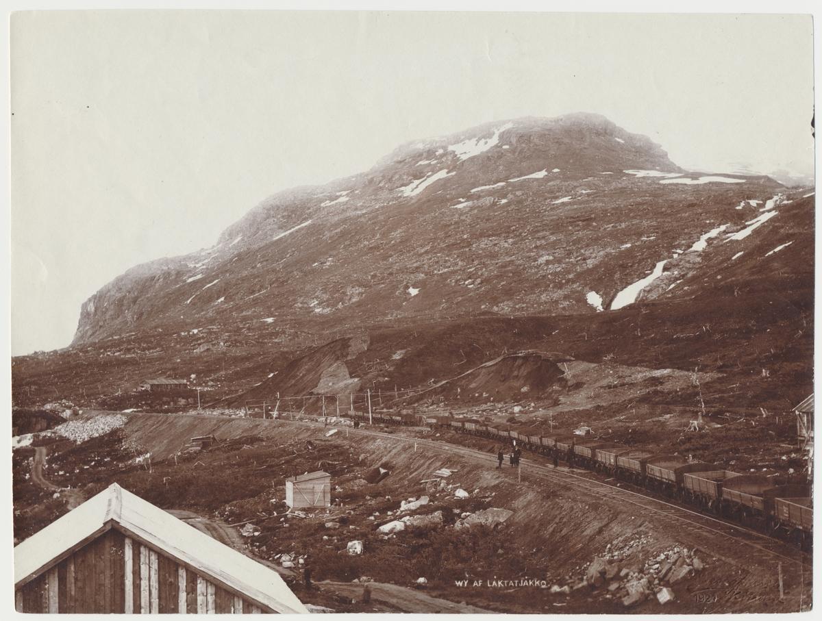 Vy över Låktatjokko.  Riksgränsbanan 1902 vid bandelen Kopparåsen - Vassijaure.
