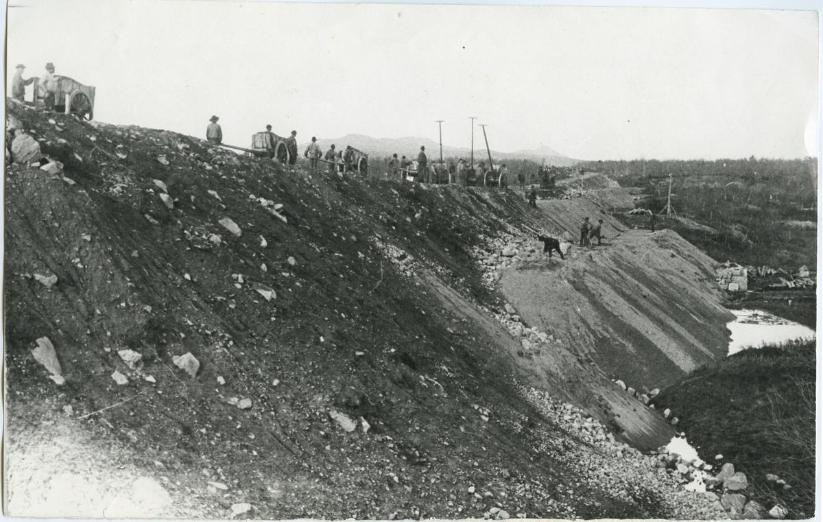 Järnvägsbyggnaden av Riksgränsbanan. Allt arbete gjordes för hand under mycket svåra förhållanden.