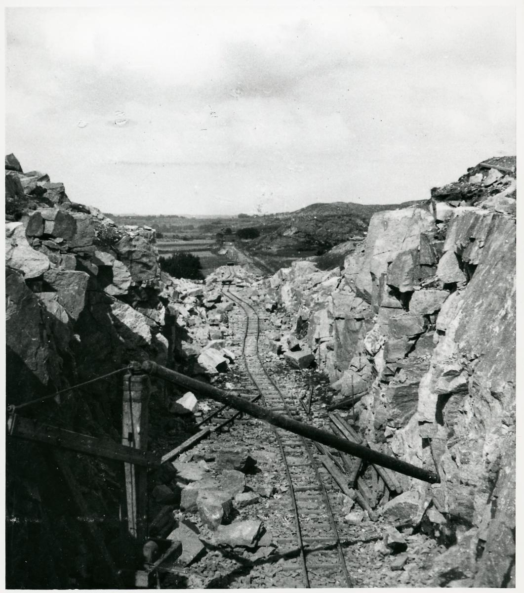 Genomsprängning av berget i hovås för byggandet av Göteborg - särö järnväg.