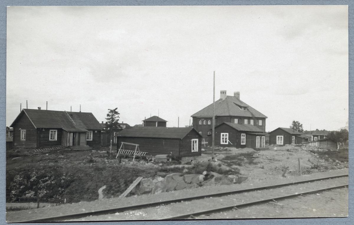 Bostadshus för stationsinspektorn med flera. Baracker som användes av arbetarna vid stationsbygget ses även på bilden, dessa är nu rivna.