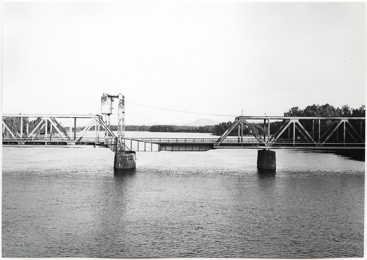 Järnvägsbron över Österdalälven i Mora på linjen mellan Orsa och Mora. Bron är gemensam för Borlängsbanan och Inlandsbanan.