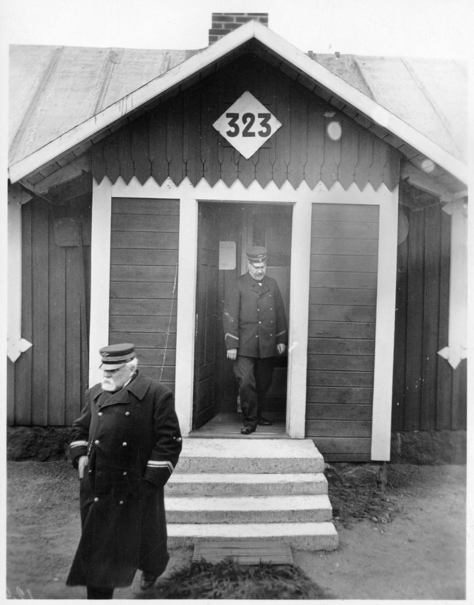 Vårsyn på 1:a distriktet. Bandirektör Wiberg och baningenjör Peterson vid banvaktstuga 323. Troligen Stenkumla banvaktstuga.