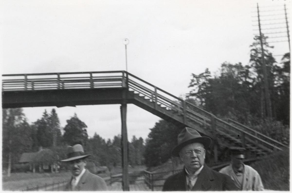 Personal vid Adolfsbergs hållplats.