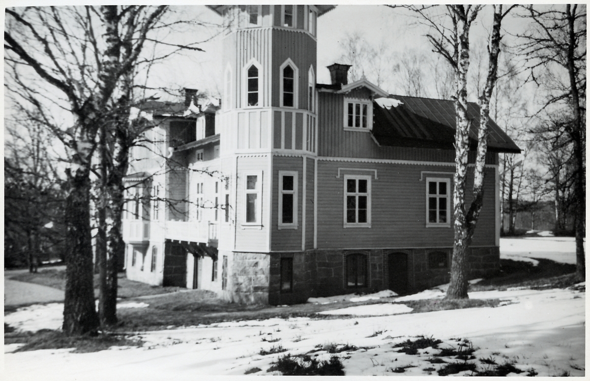 En byggnad med torn.