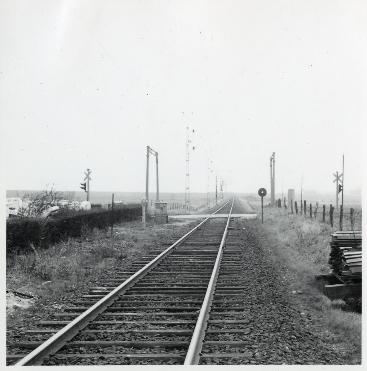 Järnvägsövergång vid Östra Asmundtorp, på sträckan mellan Trollenäs och Eslöv.