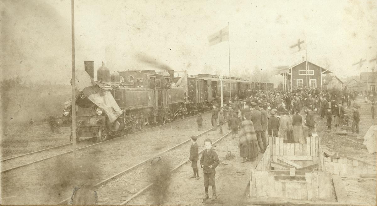 Festtåg vid Tidaholms station. Ångloken Vulcan och Tidaholm drar festtåget