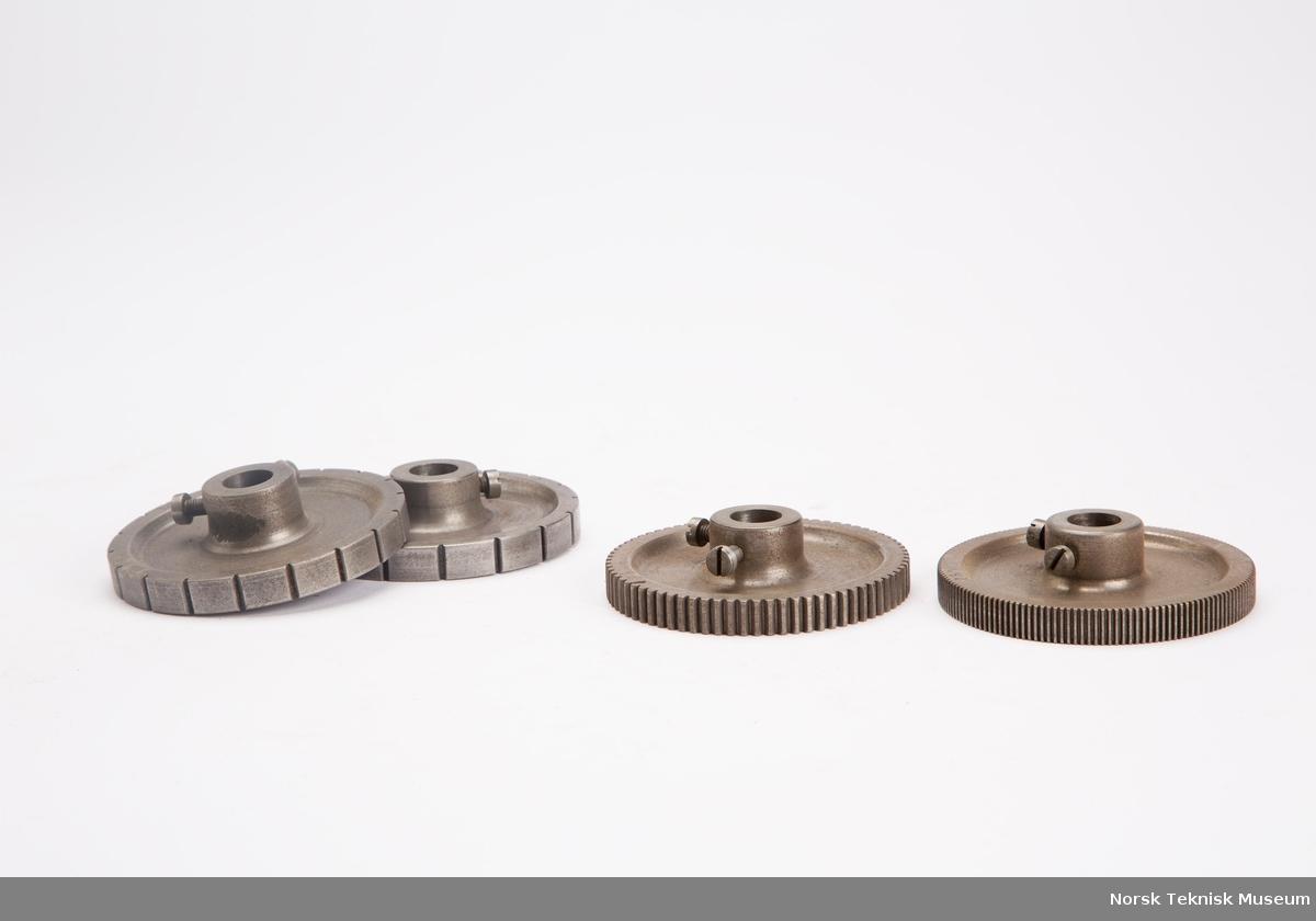 Maskin (kopiaggregat) til fremstilling av freser og spesielle tannhjul. Medfølgende deleskiver, spenntenger og sykloidemaler til kopiaggregat.  24 tannhjul.