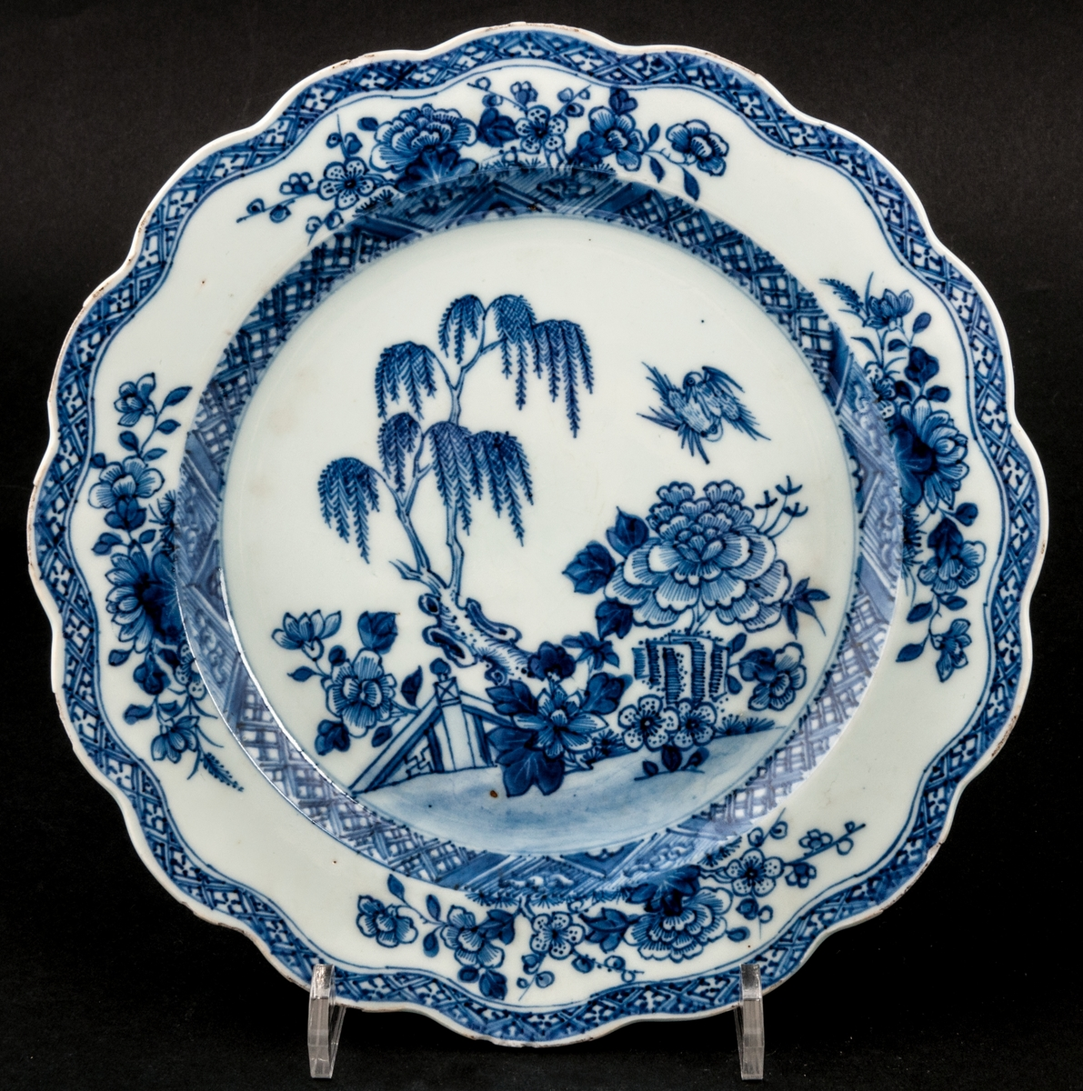 Tallrikar, vågfrormig ytterkant. Blåvit botten och blå ornamentbård samt västmotiv,  blå dekor med hängande trädgårdar. Utan fabrikationsmärke, kompaniporslin. 1700-tal.